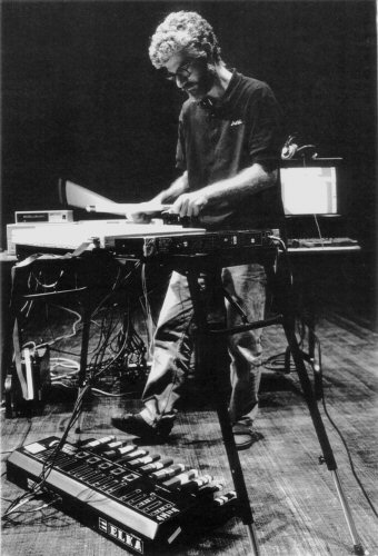 Andrew Schloss jouant du Radio Drum au Banff Centre for the Arts, en 1992